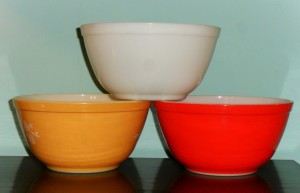 PYREX - group of 3 heat-resistant bowls.